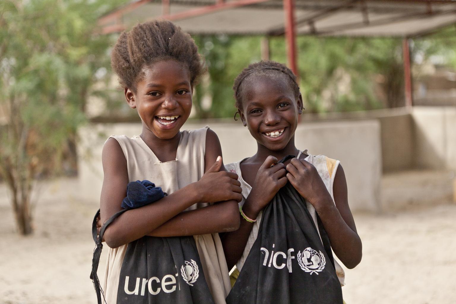 Mali uczniowie idą do szkoły