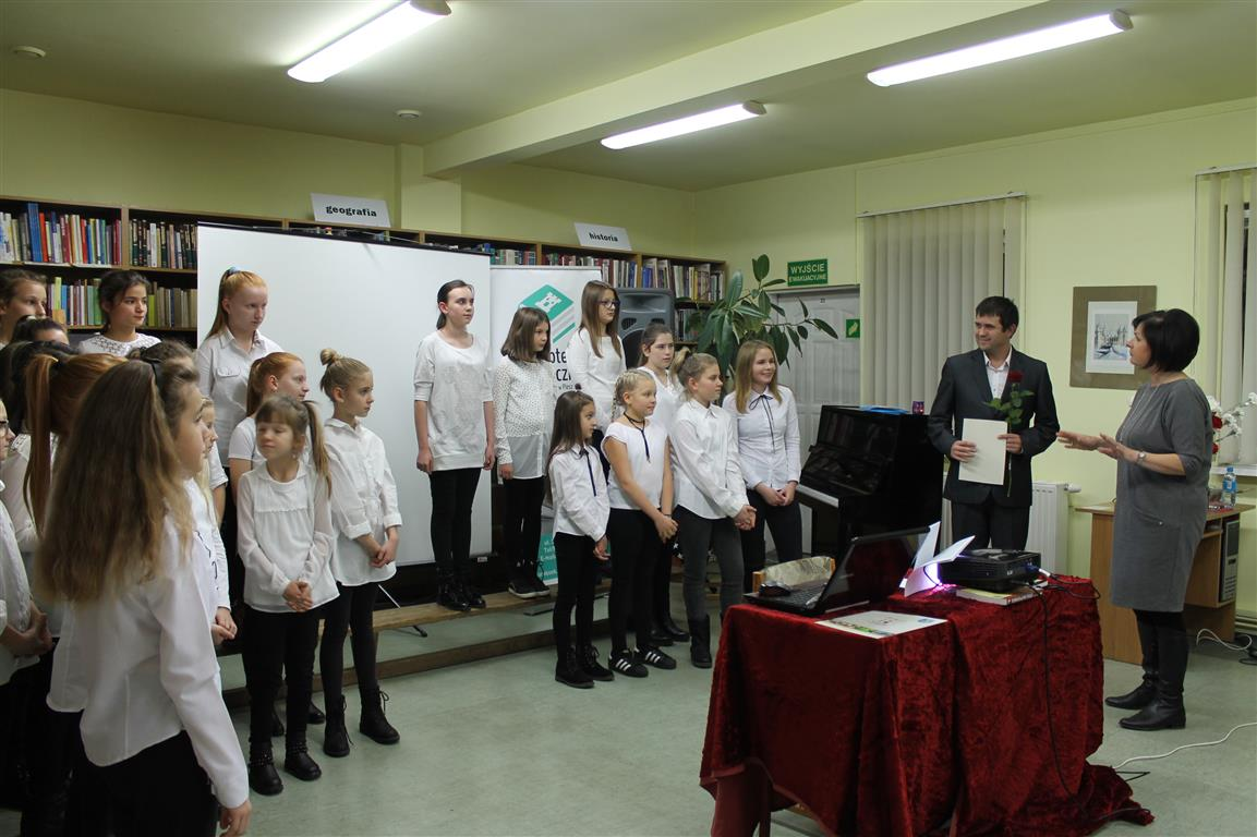 Występ chóru podczas Dnia Biblioteki