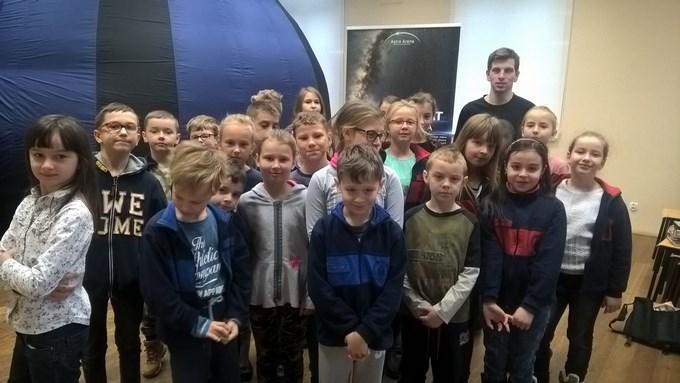 Uczniowie klasy III d w mobilnym planetarium