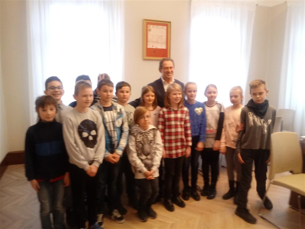 """Klasa IVa w ramach projektu """"Otwarta firma"""" odwiedziła Urząd Miasta i Gminy w Pleszewie"""