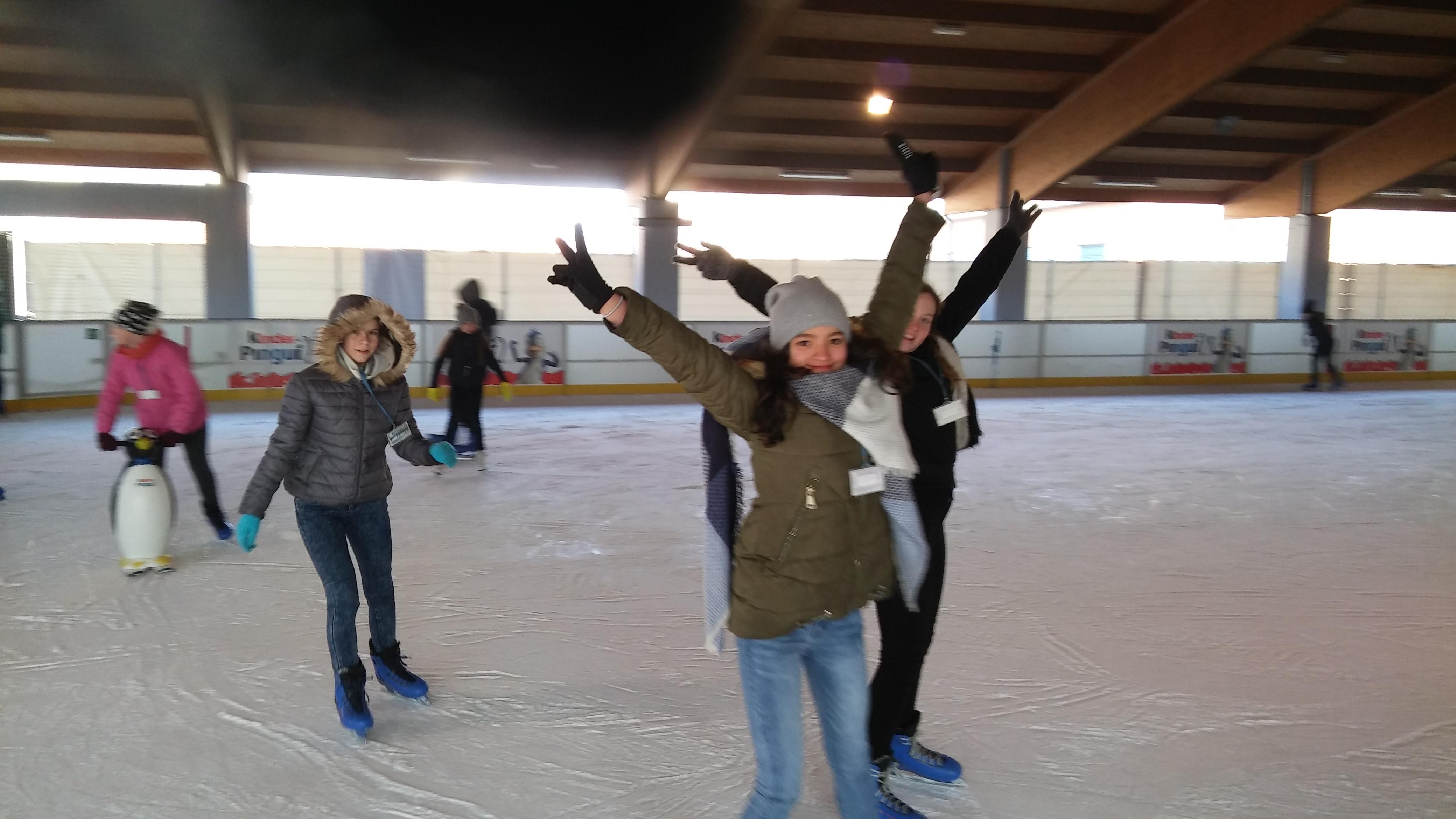 Wspaniała zabawa na lodowisku
