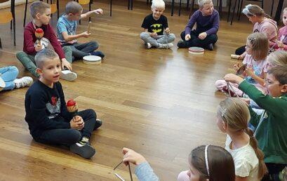 """Uczniowie klasy Ib uczestniczą w projekcie edukacyjnym  """"Muzyka. Do czego inspirują nas dźwięki?"""""""