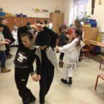 Dzieci tańczą na balu karnawałowym
