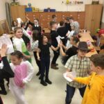 Przebrani uczniowie tańczą w klasie
