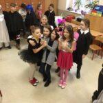 Grupa przebranych dziewczynek pozuje do zdjęcia