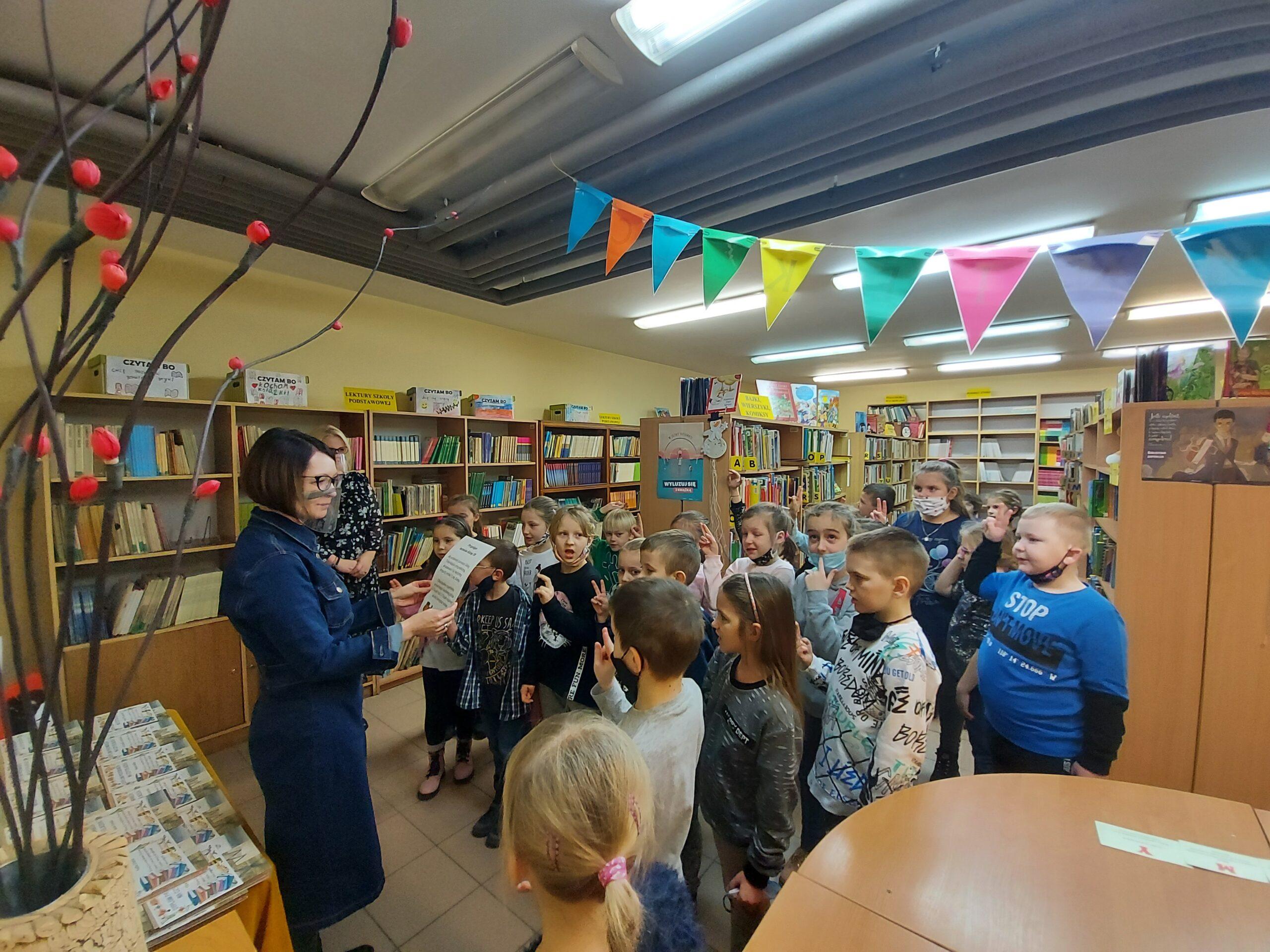 Z wizytą w szkolnej bibliotece – pasowanie na czytelnika