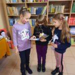 Dziewczynki przeglądają książkę