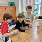 Dzieci przygotowują się do eksperymentów