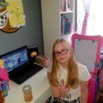 Dziewczynka prezentuje swoje doświadczenie z jajkiem