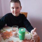 Uczeń zanurza jajka w wodzie z solą i bez soli