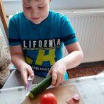 Uczeń obiera warzywa