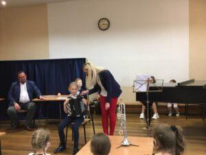 Pani Maria Rutkowska i Amelka, która trzyma akordeon.