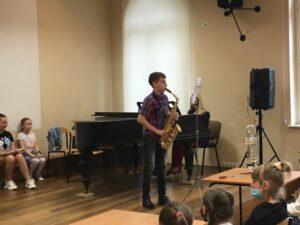 Uczeń gra na saksofonie
