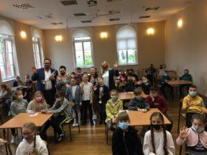 Zdjęcie przedstawia uczniów i nauczycieli PSM w Pleszewie w towarzystwie uczniów pleszewskiej Dwójki