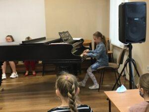 Uczennica gra na fortepianie