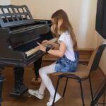 Dziewczynka gra na fortepianie