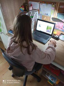 Uczennica rozwiązuje internetowy test SKO