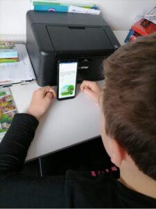 Uczeń rozwiązuje internetowy test SKO