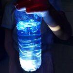 W podświetlonej butelce widać meduzę wykonaną z folii
