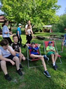 uczniowie wypoczywają na leżakach