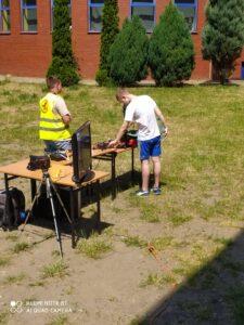 Uczeń przygląda się dronom