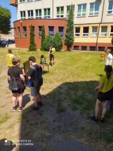 Uczniowie przyglądają się doronom