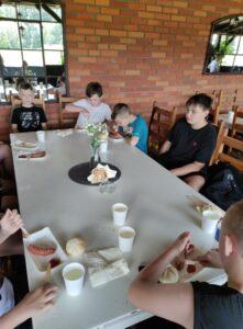 Uczniowie wspólnie jedzą posiłek
