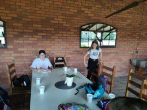 Uczniowie częstują się jedzeniem