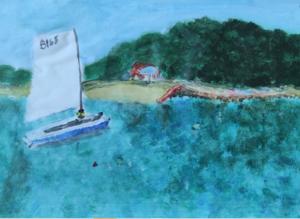 Praca plastyczna przedstawia łódkę płynącą po wodzie. W tle widać plażę i drzewa.