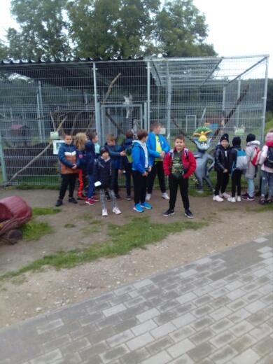 Uczniowie przed klatką z lemurami