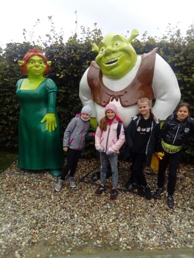 Uczennice pozują z postacią Shreka