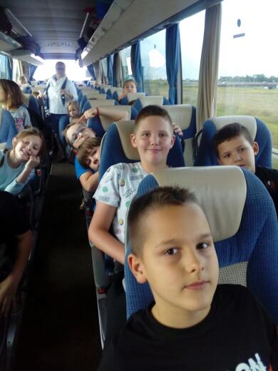 Uczniowie podczas podróży autobusem
