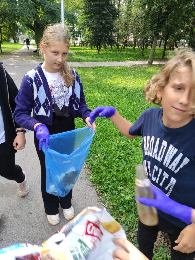 Uczniowie z workami na śmieci