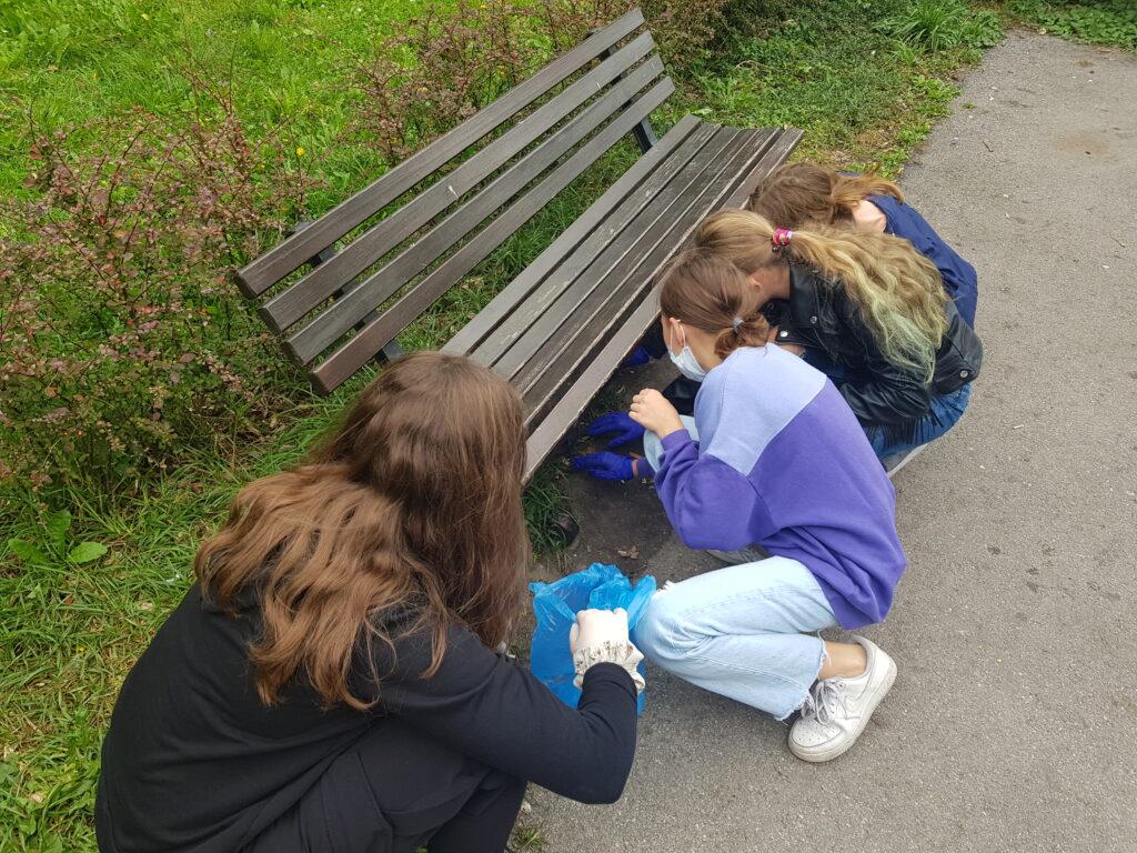 Uczniowie zbierają śmieci