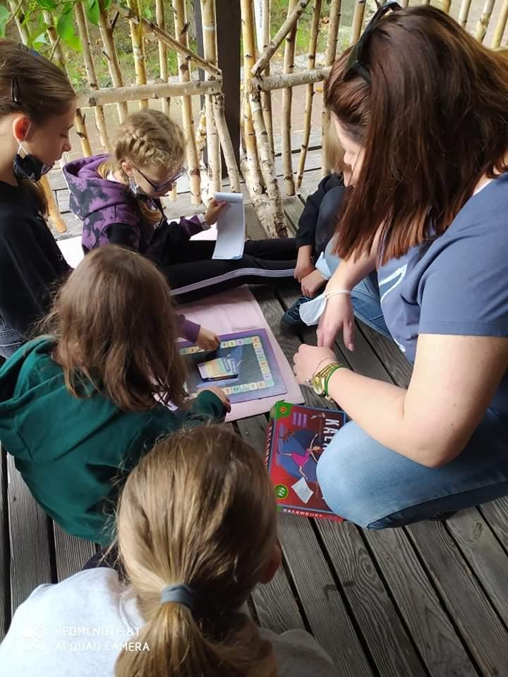 Uczniowie grają w grę z wychowawczynią