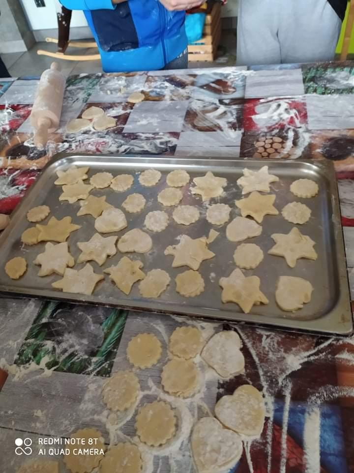 Blacha pełna gotowych do upieczenia ciastek